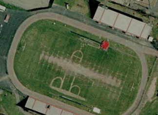Pene rappresentato in un campo di football