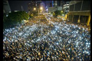 Manifestanti e cellulari accesi, durante la protesta davanti alla sede del Consiglio Legislativo di Hong Kong.