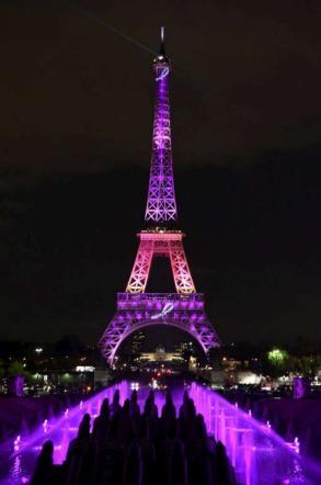 Tour Eiffel in rosa, nella prima sera della campagna Nastro Rosa per la prevenzione del cancro al seno.