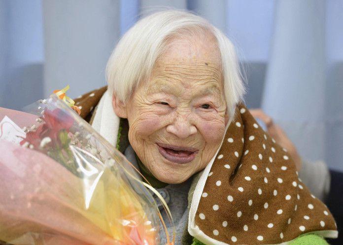 donna molto anziana viva