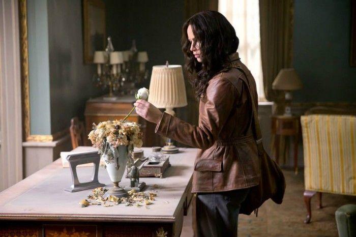 Jennifer Lawrence in una scena di Hunger Games: Il canto della rivolta - Parte 1. Katniss Everdeen ritorna nel Distretto 12.