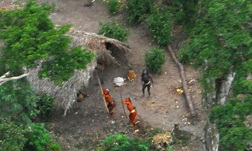 turisti vengono uccisi dagli indigeni