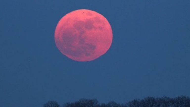 Arriva la luna rosa: tutti pronti con il naso all'insù