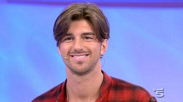 Uomini e Donne NEWS: ancora baci tra Andrea e Laura, ma lui sembra pazzo di Giulia