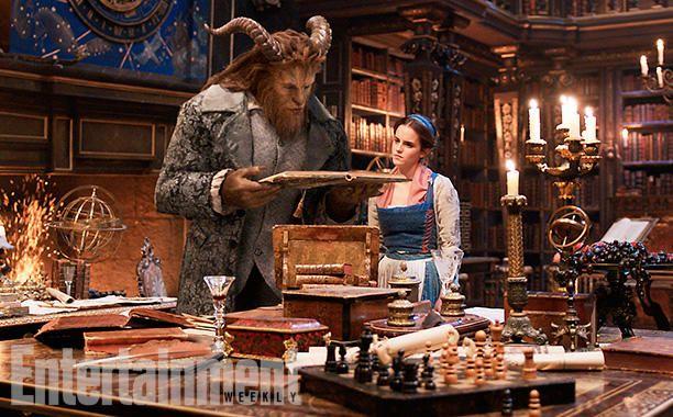 La Bella e la Bestia danzano nella locandina ufficiale del film Disney