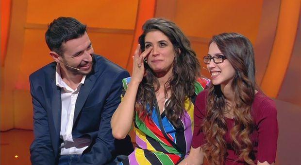 Giulia Michelini a C'è posta per Te: un regalo super per Giuseppe e i suoi figli