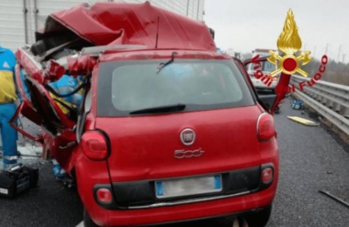 Incidente, un'auto tampona un tir fermo in coda sulla A1: muore allenatore pattinaggio