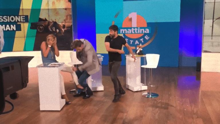 Uno Mattina, Massimiliano Ossini dà un pugno all'ospite in diretta – VIDEO