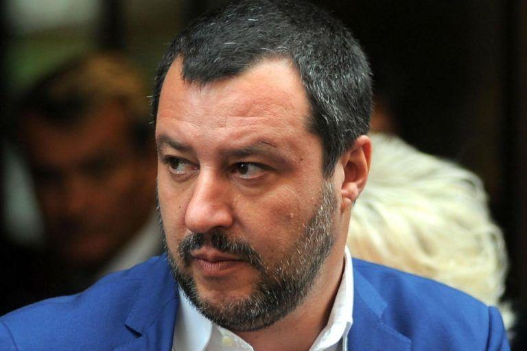 Migranti e barconi sulle cartoline: Matteo Salvini umiliato dai Creative Fighter – FOTO