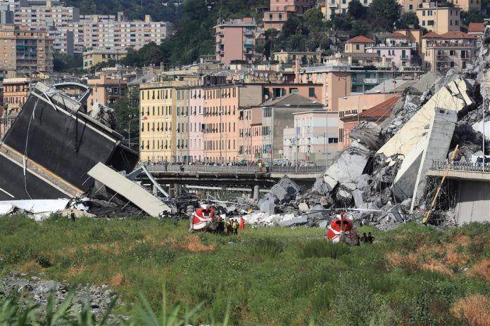 Genova, uno dei capannoni evacuati dopo il crollo ha preso fuoco