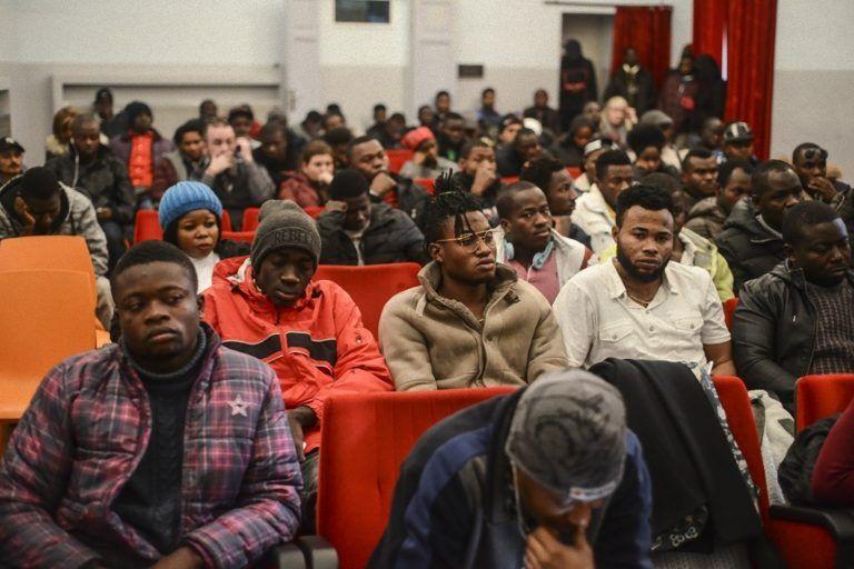 Al cinema gli immigrati ci vanno gratis: chi paga il biglietto? L'iniziativa che indegna gli italiani
