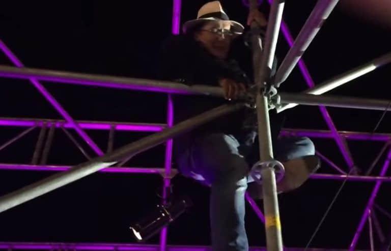Grande paura per Al Bano: l'ex di Romina Power si arrampica sul palco, il video amarcord postato da una pagina IG