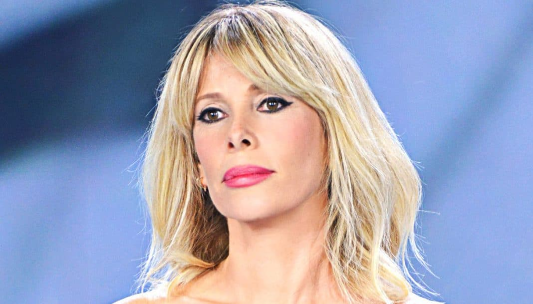Alessia Marcuzzi, incidente in studio: si alza la gonna e si vede tutto