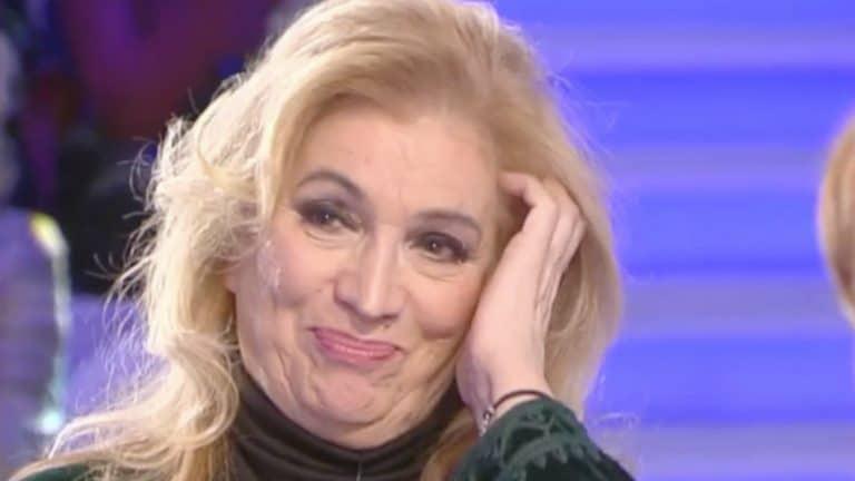 Iva Zanicchi si mostra in vestaglia: lo scatto seducente fa il giro del web (Foto)