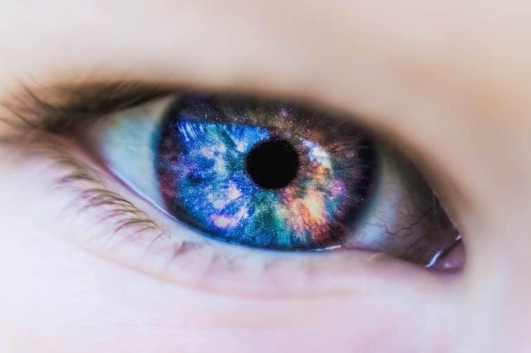 Dimentica di togliere le lenti a contatto prima di andare a dormire: ecco cosa le succede