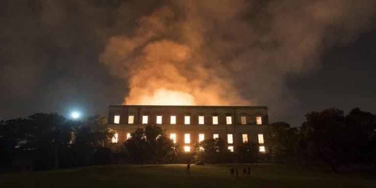 Brucia il Museo Nazionale di Rio de Janeiro: danni incalcolabili