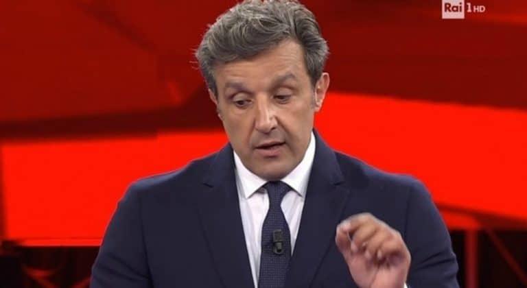 Falvio Insinna travolto dalle polemiche, la Rai lo sostituisce: 'Il nuovo conduttore sarà…