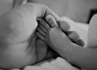 Carezza allevia dolore bambini