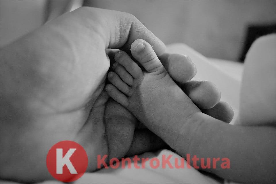 La carezza riduce il dolore nei bambini: ecco perché