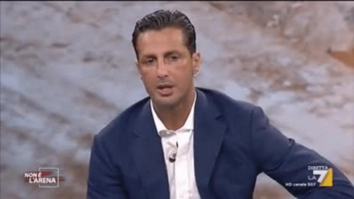 Fabrizio Corona umilia Striscia la notizia ed avverte: 'La verità da Giletti'