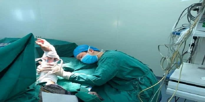 Chirurgo si addormenta e tieen solevato braccio del paziente che ha operato