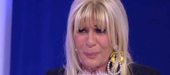 Uomini e Donne trono over: Tina bagna Gemma e lei ha una crisi di pianto