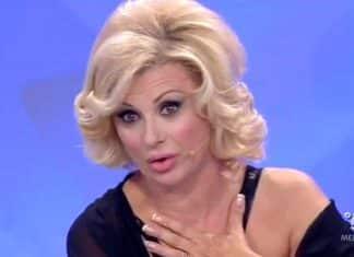 Uomini e Donne, Tina Cipollari umilia Gianni Sperti: 'Levati il parrucchino'