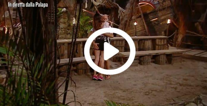 L'Isola dei famosi, palpatina hot in diretta, Riccardo Fogli non ce la fa (VIDEO)