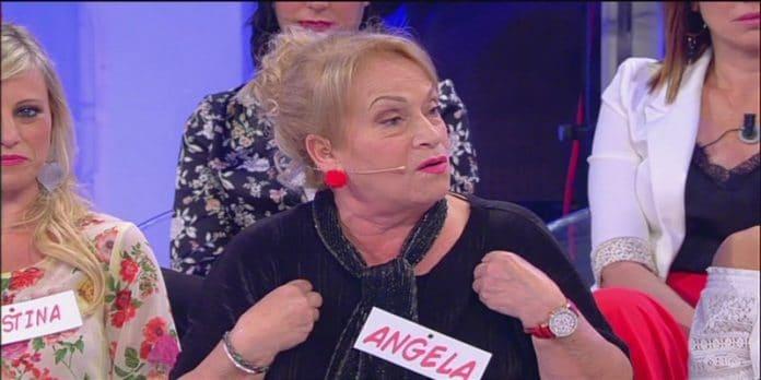 """Uomini e Donne, Angela Di Iorio contro Sperti: """"Faccia di…."""""""