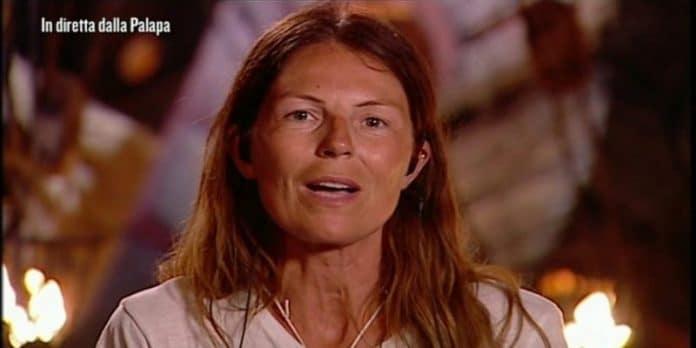 Isola dei famosi, lite in spiaggia: Marina La Rosa insulta gli altri naufraghi