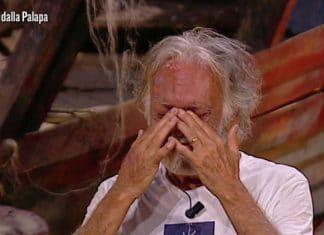 Isola dei Famosi 2019, Fabrizio Corona umilia Riccardo Fogli: 'Sei cornuto e vecchio'