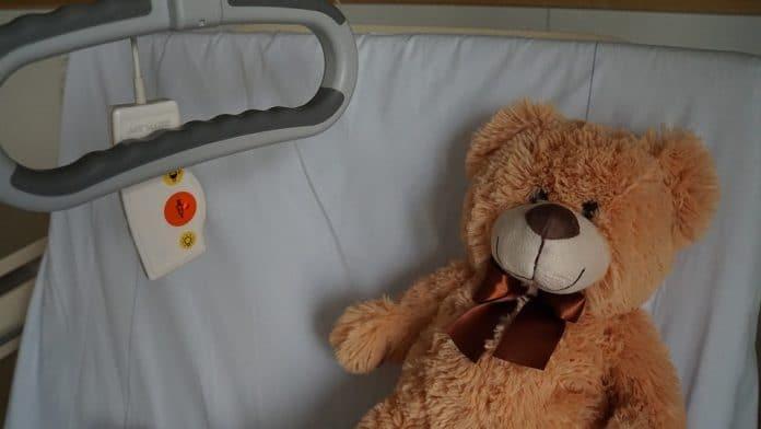 Bambina malata di tumore molto aggressivo