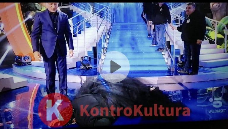 Luca Laurenti si è fatto male a Ciao Darwin 8: è caduto dalle scale, Paolo Bonolis preoccupato (Video)