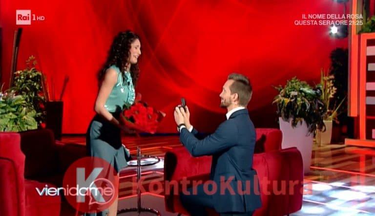 """Vera Santagata riceve la proposta di matrimonio a """"Vieni da me"""""""