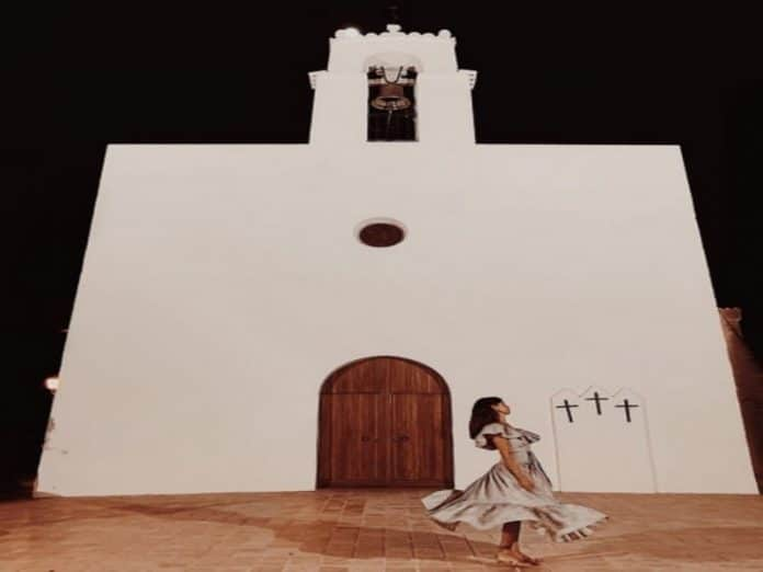 Belen Rodriguez presto mamma: La foto di fronte alla Chiesa