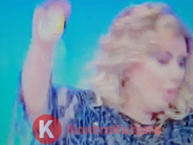 Uomini e Donne, Tina Cipollari rischia di cadere per terra durante la scelta (Video)