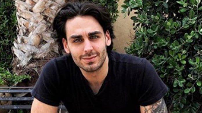 Alberto Urso in t-shirt scura sorride