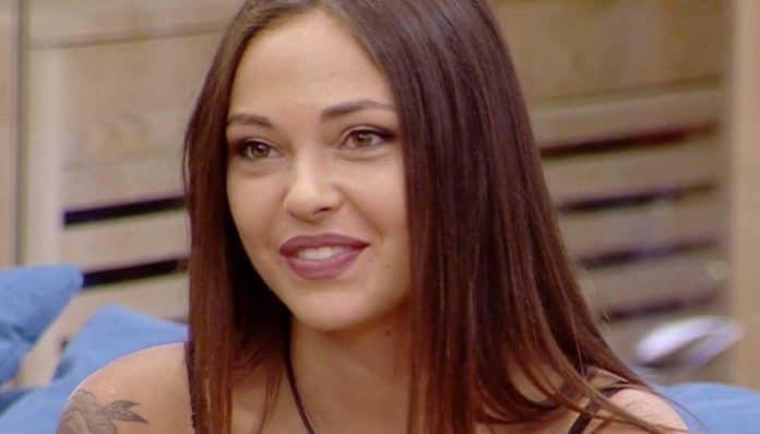 Martina Nasoni sorridente al Grande Fratello 16