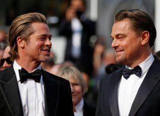Brad Pitt e Leonardo DiCaprio scherzano ad una cerimonia