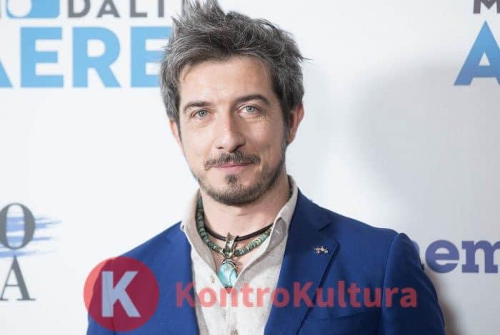 Paolo Ruffini sorridente alla presentazione di Modalità Aereo