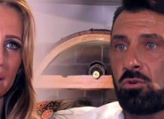 Sossio Aruta e Ursula Bennardo parlano corrucciati