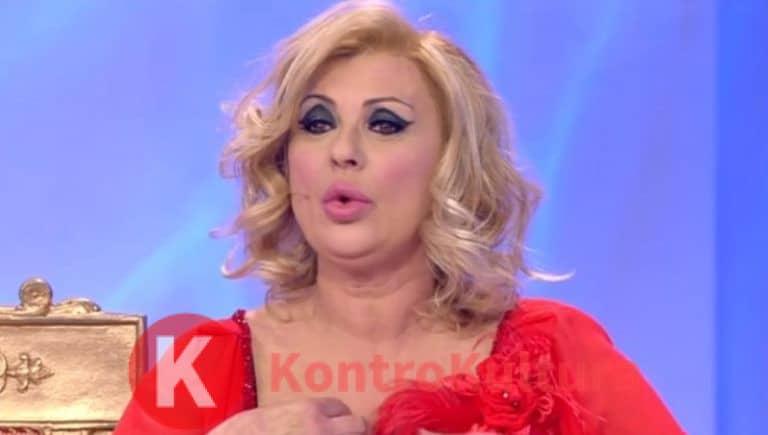 Tina Cipollari irriconoscibile in versione casalinga: tuta e pantofole per l'opinionista di Uomini e Donne (Foto)