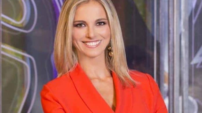 Francesca Fialdini in abito rosso sorridente