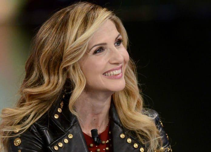 Lorella Cuccarini sorridente indossa giubbetto di pelle