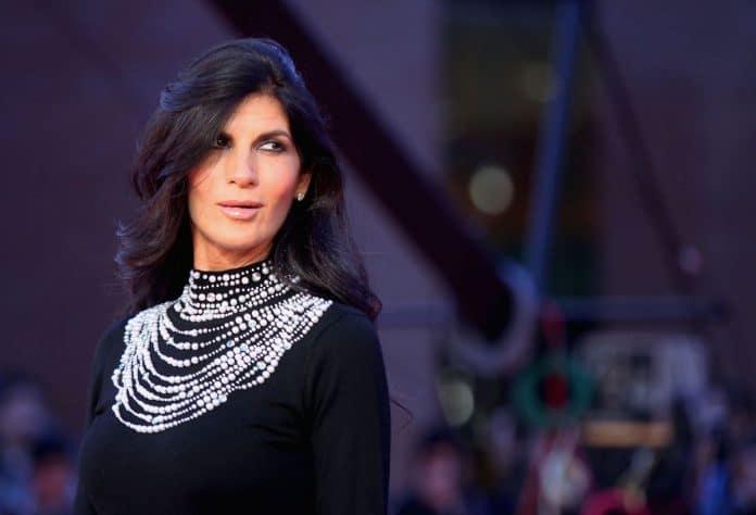 Pamela Prati posa sul red carpet con un abito da sera