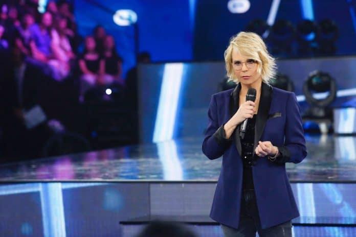 Maria De Filippi serie in giacca blu