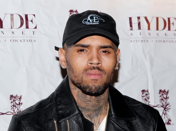 Chris Brown con cappellino e giubbetto
