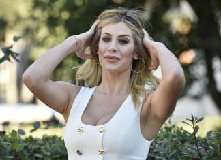 Paola Caruso scollata si tocca i capelli