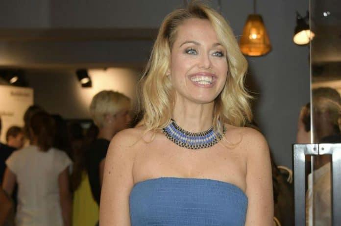 Sonia Bruganelli sorridente in abito azzurro