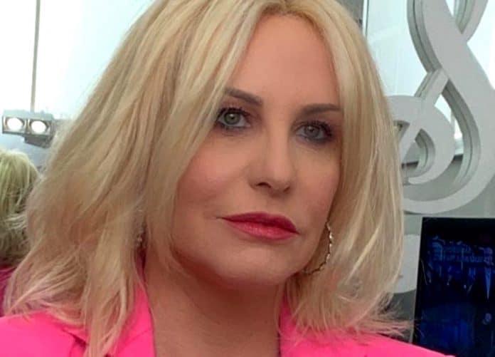 Antonella Clerici in giacca fucsia